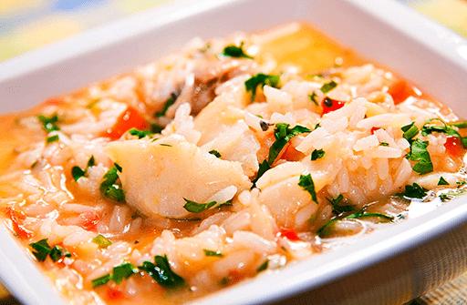 Sopa de arroz con bacalao
